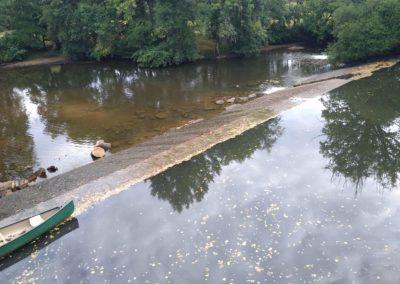 Barrage retenant l'eau en amont